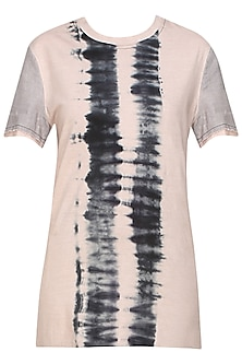 Blush and grey tye and dye jersey t shirt by Kapda By Urvashi Kaur