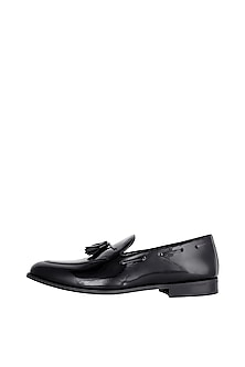Black Handcrafted Round-Toe Tassel Loafers by Nopelle