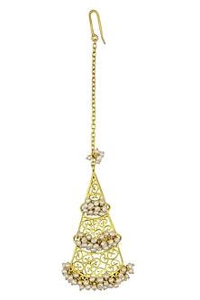 Gold plated triangular filigree motif maang tikka by Zariin