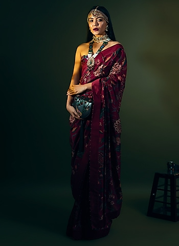 Tap into your ethnicity choosing a beautiful handwoven saree by Torani. Accentuate your look with layered necklaces and a statement maang tikka for a quintessential festive glow by Old-World Elegance