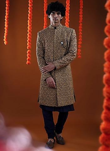 Impeccably tailoured and crafted with precisions, this sherwani ensemble by Kommal Sood is equal parts classic and modern. Accessorize the look with a brooch by Cosa Nostraa by The Trendsetter Groom